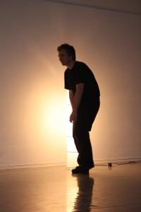 Øystein forsker på hvordan foten møter gulvet og hvordan kroppen følger etter og hva som skjer med teksten.